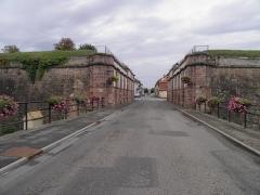 Remparts -  Porte de Strasbourg à Neuf-Brisach (Haut-Rhin, France).