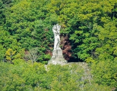 Statue monumentale de la Vierge à l'Enfant dite Vierge d'Alsace ou à l'Offrande - Français:   Vierge d\'Alsace (vierge à l\'Enfant ou Vierge à l\'Offrande), vue depuis la place de la mairie statue monumentale