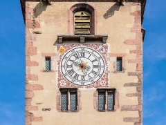 Enceintes fortifiées urbaines - English:  Clock on the Porte des bouchers in Ribeauvillé, Haut-Rhin, France