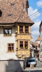 Maison - English:   Bay windows of the building at 4 rue Salzmann in Ribeauvillé, Haut-Rhin, France