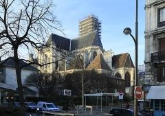 Eglise Saint-Gervais-Saint-Protais - Deutsch:   Nördliche der Seine hinter dem Rathaus, Ansicht von Süden. Kamerastandort ist die Rue de l'Hôtel de Ville. Die in der Hauptsache gotische Kirche wurde von 1494 bis 1578 gebaut, die Westeite entspricht damit bereits dem Renaissancestil.