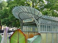 Métropolitain, station Dauphine -   PORTE DAUPHINE - Place du Paraguay  Station ouverte en 1900. C'est le plus bel édicule conçu par Hector Guimard (1867-1942   ) à Paris.