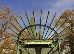 Métropolitain, station Dauphine - English:  Édicule Guimard , the entrance of metro station Porte Dauphine in the 16th arrondissement of Paris, France.  The building is a work of french architect Hector Guimard.</dd>