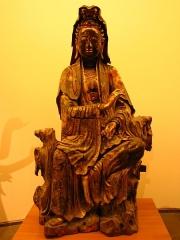 Musée Guimet - Tiếng Việt:   Tượng Quan Âm tọa sơn bằng gỗ (khoảng thế kỉ 17) của chùa Báo Ân (chùa Liên Trì), hiện vật của Bảo tàng Guimet, Paris, Pháp.