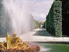 Domaine national de Versailles - Français:   Fontaine représentant un ange projettant un puissant jet d\'eau.