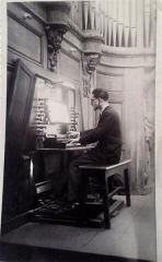Eglise Saint-Nicolas-du-Chardonnet -  Claude Prigent, à la console du grand-orgue de Saint-Nicolas du Chardonnet, le 30 avril 1944, à l'occasion du 7e centenaire de la paroisse.