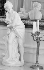 Anciens hôtels de Brienne et de Broglie, actuellement ministère de la défense -  statuette en biscuit de Sèvres dans le salon de musique de l'Hôtel de Brienne
