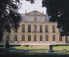 Hôtel de Castries ou ancien hôtel de Broglie, actuellement ministère chargé des relations avec le parlement - English:  72 rue de Varenne hôtel de Castries