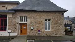 Ancien monastère des religieuses hospitalières, puis ancien hospice, actuel hôtel de ville -  Défibrillateur sur la façade de la mairie, Guingamp.