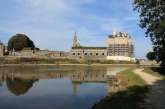 Anciennes fortifications - Français:   Quintin vu de l\'étang