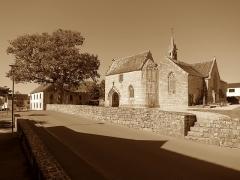 Eglise Saint-Hilaire - Français:   Clohars-Fouesnant (Finistère, France) - Rue de l\'Église et l\'église.