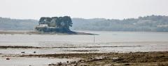 Ancienne abbaye de Saint-Guénolé - Français:   L\'Île d\'Arun (en Rosnoën) et la ria de la Rivière du Faou vues depuis les environs de Lanvoy (en Hanvec). À droite de la photographie  on voit la nouvelle abbaye de Landévennec.