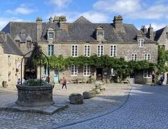 Vieille maison - Français:   La place de l\'Église avec son puits banal (Locronan, Finistère, Bretagne, France).
