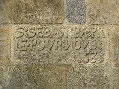 Chapelle Saint-Sébastien, arc de triomphe, calvaire et placître - Français:   Inscription ornant la façade sud de la chapelle Saint-Sébastien en Saint-Ségal (29).