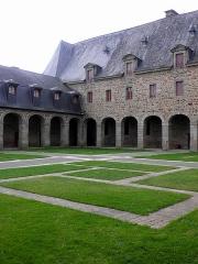 Ancien couvent des Religieuses Urbanistes -  Couvent des Clarisses Urbanistes de Fougères (35). Cloître. Ailes sud et ouest.