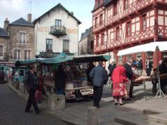 Maison du 15e siècle - English:  Image from Josselin Market, Morbihan, Brittany