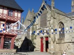 Maison du 15e siècle - Français:   Place Notre-Dame avec deux monuments historiques, dont la Basilique Notre-Dame du Roncier