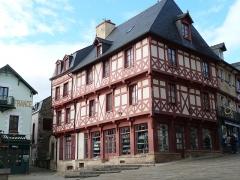 Maison du 15e siècle - Français:   Maison à pans de bois à Josselin située à l\'angle de la Place Notre-Dame et de la rue Olivier de Clisson (Morbihan)
