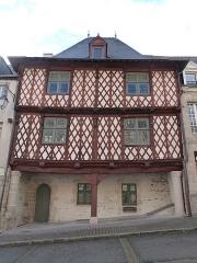 Maison du 16e siècle, dite Maison Morice - Français:   Maison à pans de bois, sur portique au rez-de-chaussée, située au 21 rue Olivier-de-Clisson à Josselin (Morbihan)