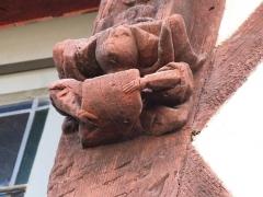 Maison du 16e siècle, dite Maison Morice - Français:   Sculpture sur la façade de la maison à pans de bois située au n° 21 de la rue Olivier-de-Clisson à Josselin (Morbihan)