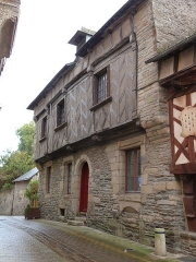 Deux maisons en pans de bois - Français:   Maison située 5, rue des Trente à Josselin (Morbihan). Le premier étage, en pans de bois, est légèrement en saillie par rapport au rez-de-chaussée qui, lui, est en maçonnerie.
