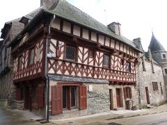 Deux maisons en pans de bois - Français:   Maison d\'angle dont l\'une des façades donne sur la rue des Trente (n°7) et l\'autre sur la place de la Congrégation. Cette dernière façade est accolée à la conciergerie du château. (Josselin, Morbihan)
