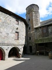 Ruines du château fort - English:   Inner yard of the Murol castle (Puy-de-Dôme, France).
