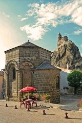Chapelle Saint-Clair - Deutsch:  Kapelle Saint Claire in Le Puy-en-Velay. Im Hintergrund die Kirche Saint-Michel d´Aiguilhe.