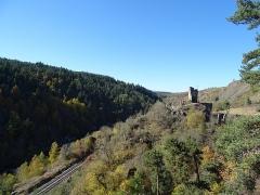 Ruines du château de Jonchères - Français:   Le château de Jonchères et la ligne du Cévenol à Rauret, en Haute-Loire