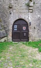 Donjon et les restes du château - English:  Portal of the Commandery Castle in la Couvertoirade, Aveyron, France