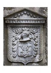 Maison adossée au front Nord des remparts - Français:   D'argent, au lion léopardé de sable, lampassé de gueules, passant sous un chêne, chargé de deux corneilles entre deux étoiles en chef