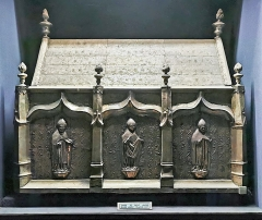 Eglise Saint-Sernin - English:   Crypt of the Basilique Saint-Sernin de Toulouse, Haute-Garonne, France - Reliquary of Saint Honorat of Toulouse. Embossed silver plates on a wooden frame dating from 1517, (65x102 cm).