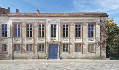Ancien hôtel Jean du Barry - English:   Former Hôtel Jean du Barry  (1777) – Now Lycée Saint Sernin  - Facade