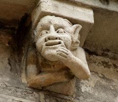 Cathédrale Saint-Etienne - English:  Cathédrale Saint-Étienne - Apse: Romanesque corbel ( 12th century ).