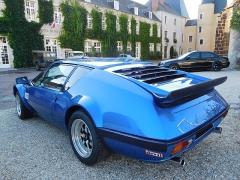 Château - Français:   Alpine A310, type 2700 VA de 1981, moteur V6 PRV de 2 660 cm3 développant 160 ch, couple de 250 Nm, carburateur Solex (1 simple + 1 double corps), 15 CV, pneu AV 195/50/15, AR 225/50/15.  Rassemblement de véhicules de prestige et d\'exception organisé par le Rotary Club Aubigny-Argent, au parking du château d\'Aubigny-sur-Nère (Cher, France).
