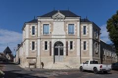 Ensemble castral - Français:   Médiathèque François Rabelais, ancienne école élémentaire, située dans l\'ensemble castral de Châtillon-sur-Indre.