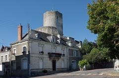 Ensemble castral - Châtillon-sur-Indre (Indre).  La Tour César* ou Grosse Tour.  Le donjon sur motte* domine Châtillon.   On peut nommer donjon l\'ensemble de la grosse tour avec sa chemise*.  La forme cylindrique de la \