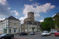 Tour de César -   Châtillon-sur-Indre (Indre)  La Place du Marché et le donjon avec sa chemise.