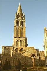Ancienne abbaye Notre-Dame-du-Bourg-Dieu - Français:   Clocher de l\'Abbaye Notre-Dame de Déols (Indre, France).