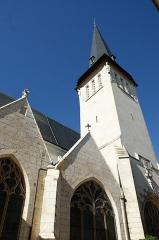 Eglise Saint-Cyr - Français:   Vue rapprochée de l\'église Saint-Cyr d\'Issoudun (Indre, France).