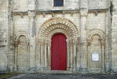 Eglise Saint-Etienne - Paulnay (Indre)  Eglise Saint-Etienne.  Construite dans le plus pur style roman poitevin, l'église actuelle ne remonte pas au-delà du XIIe siècle.  La façade, qui ressemble à celle de Notre-Dame de Fontgombault (Indre), est remarquable par son magnifique portail orné de sculptures (motifs végétaux, sirènes, oiseaux)  Paulnay possède un bel ensemble de fresques (15ème siècle): vestiges de l'Enfer (côté nord de la nef), calendrier et travaux des mois, anges musiciens (travée droite du chœur), Christ en majesté au cul-de-four, et au-dessous sous forme de bandeau les épisodes du martyre de saint Etienne, patron de l'église.  Le site de Paulnay remonterait à une époque antérieure au Moyen-Age, en effet lors de fouilles, les assises d'un temple gallo-romain ont été découvertes ainsi que des inhumations dont les plus anciennes dateraient de l'époque mérovingienne comme le témoignent les deux sarcophages exposés sur le parvis.  Le bourg de Paulnay a révélé plusieurs milliers de sépultures sur la place devant l'église.    St. Stephen's Church.  Built in typical Roman-style Poitevin, the current 12th century church.  The facade, similar to that of Our Lady of Fontgombault (Indre), is remarkable for its beautiful portal decorated with sculptures (plant motifs, sirens, birds)  Paulnay has a fine collection of paintings (15th century): remains of Hell (north side of the nave), calendar and work for months angel musicians (right row of the choir), Christ in Majesty on the cul-de-four , and below in the form of banner episodes of the martyrdom of St. Stephen, the church's patron.  Site Paulnay dates back to a time before the Middle Ages. Indeed, during excavations, the foundations of a Roman temple were discovered. The two sarcophagi, exposed on the square are of Merovingian.  The village of Paulnay revealed several thousand graves in the square outside the church.