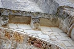 Eglise Saint-Etienne - Paulnay (Indre)    Eglise Saint-Etienne. Façade ouest: portail (détail).    L'église Saint Etienne est une église romane du XIIème siècle, le portail sans tympan, de style poitevin, avec trois voussures à feuillage, est enveloppé d'une archivolte décorée d'aigles.  Les chapiteaux sont ornés d'êtres fabuleux, une sirène en marque l'entrée.  Ce portail est encadré de deux arcades aveugles qui lui confèrent son aspect monumental.