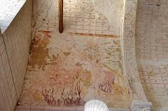 Eglise Saint-Etienne - Paulnay (Indre)  Eglise Saint-Etienne.    Les fresques de l'église ont été réalisées entre le XIV et le XV ème siècles. Elles illustrent l'Enfer, les activités de l'homme au cours de l'année, les quatre épisodes du martyre de Saint Etienne.     Sur le côté nord de la nef: vestiges de l'Enfer.  Sur la voûte de la deuxième travée: calendrier médiéval. Les douze mois ne sont pas tous bien conservés et la lecture des images figurant octobre, novembre et décembre est presque impossible. Janvier est illustré par un personnage attablé devant un repas. Avril est figuré par un homme debout qui semble se défendre d'insectes qui tournent autour de sa tête. En mai, un fauconnier à cheval partant à la chasse.  Travée droite du choeur:  anges musiciens.  Au cul-de-four de l'abside: Christ en majesté.  Et au-dessous sous forme de bandeau les épisodes du martyre de saint Etienne, patron de l'église.