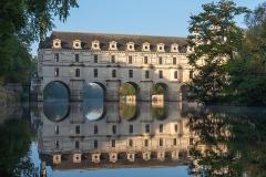 Domaine de Chenonceau - Français:   Façade Est du Château se reflétant dans le Cher le matin
