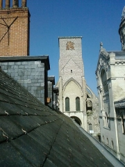 Basilique Saint-Martin - English:   View over housetops in Tours, France, to the Tour Charlemagne of the demolished church of St Martin. The modern basilica is on the right.