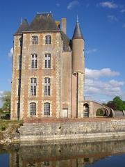 Ancien château -  Donjon de Bellegarde (Loiret, France): façade occidentale