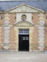 Château de la Ferté -  Château de La Ferté-Saint-Aubin (Loiret, France): entrée des écduries
