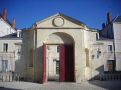 Ancien évêché, puis bibliothèque municipale, actuellement annexe de la médiathèque - Français:   Hôtel Dupanloup, ancien palais épiscopal, à Orléans (Loiret, France), face septentrionale du portail d\'entrée donnant sur la cour