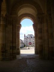 Eglise abbatiale Saint-Benoît -  Église abbatiale Saint-Benoît de Saint-Benoît-sur-Loire (Loiret, France): tour-porche occidentale
