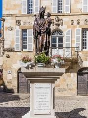 Maison devant le portail méridional de l'église Saint-Pierre - English:   Statue of Madonna and Child in front of Maison Renaissance de Beaulieu-sur-Dordogne